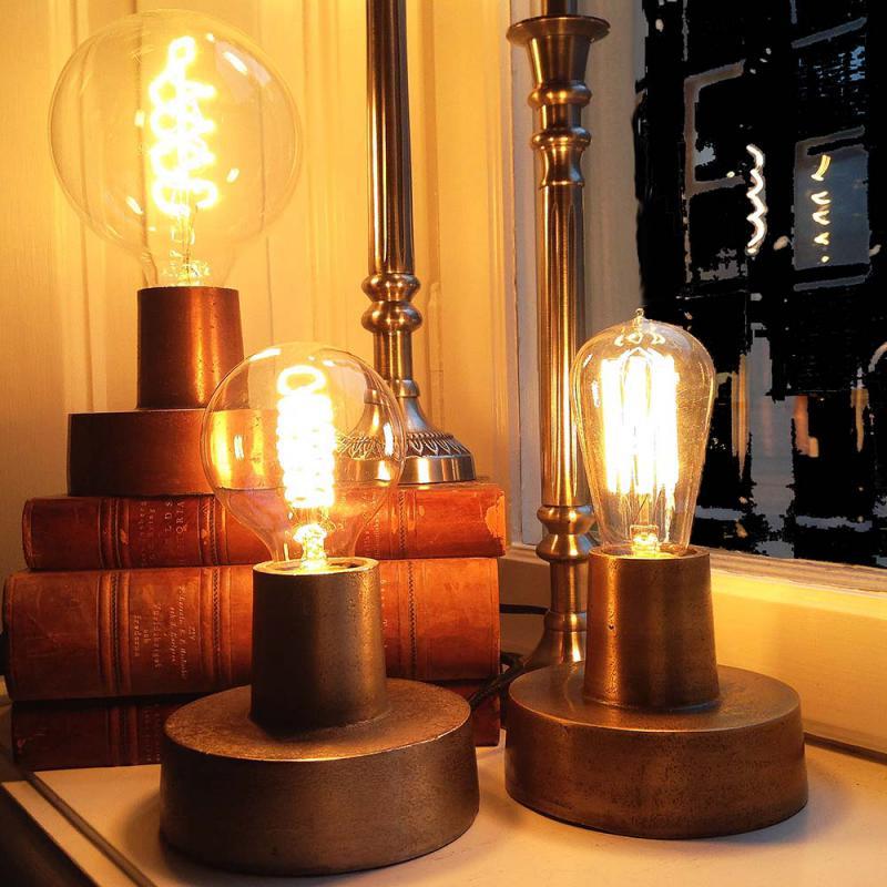 Underbar bordslampa i metall i färgen SILVER - industrilampa i rått ...