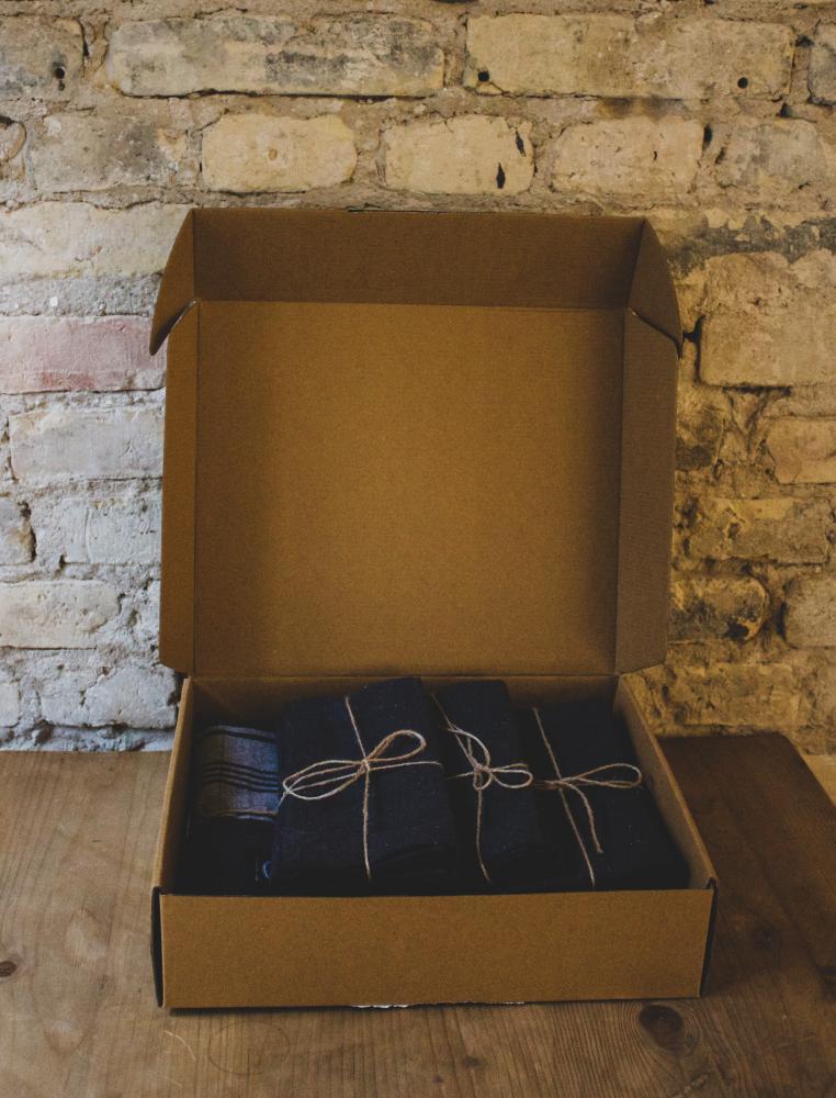 Gift Box Table Cloth & 6 Napkins Dark Grey