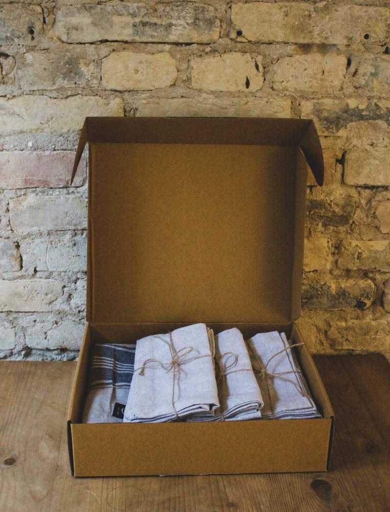 Gift Box Table Cloth & 6 Napkins Grey