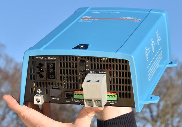 reservström i en komplett anläggning för nödström med både omformare batteriladdning och automatisk omkoppling.