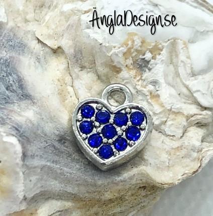 Berlock litet hjärta i antiksilver med blå strass på båda sidor, 1st