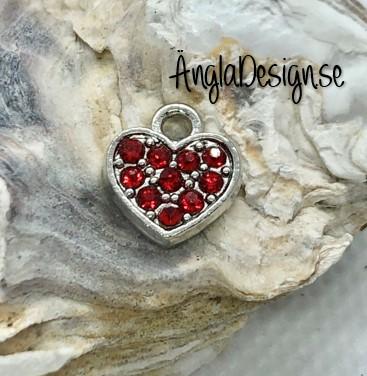 Berlock litet hjärta i antiksilver med röd strass på båda sidor, 1st