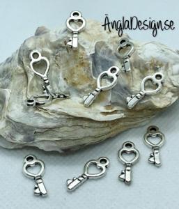 Berlock liten nyckel med hjärta i antiksilver, 10-pack