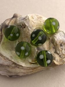 Glaspärla Lampwork grön med vita prickar 1st