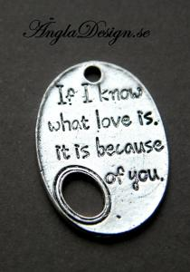 "ANDRASORTERING Text berlock antiksilver ""if i know what love is, it is because of you"", 3st"