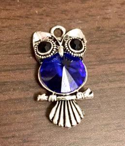 Läcker liten uggla med blå stor rhinestone.antiksilver, 1st