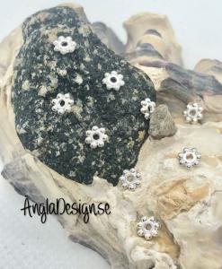 Mellandel daisy 4mm ljust silver, 50-pack