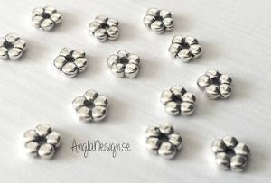Mellandel liten blomma, slät daisy 5mm, antiksilver, 50-pack