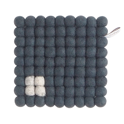 Square trivet of 100% wool - Dark gray with a light gray detail.