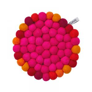 Round trivet in wool with cerise colors