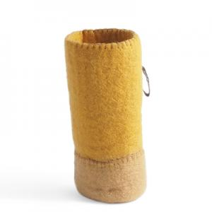 Behållare av ull för att sätta flaskor i - färg sand / okra.