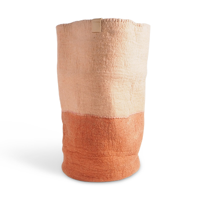 Tall laundry bag in 2 colors, with the bottom in color terracotta and the top in nude.