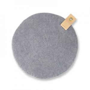 Round seat cushion in concrete wool with a hanger in eco leather.