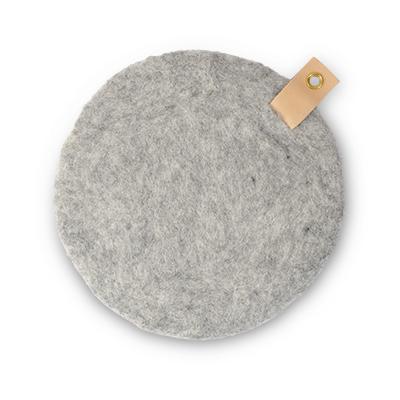 Rund sittdyna i naturgrå ull med ögla i ekologisk läder.