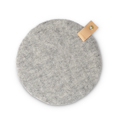 Round seat cushion in raw grey wool with a hanger in eco leather.
