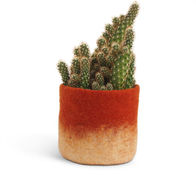Medium size flower pot in rust made of wool with ombre effect.