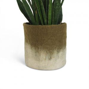 Stor olivgrön kruka av ull med ombre effekt.