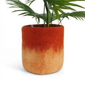 Large flower pot in rust made of wool with ombre effect.