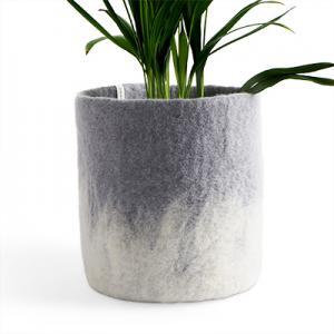 Stor ljusgrå kruka av ull med ombre effekt.