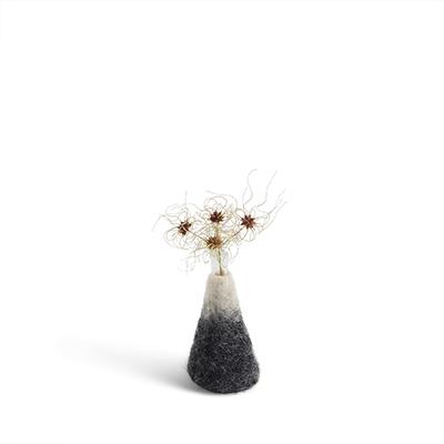 Liten grå och vit ombre vas av ull med ett tillhörande glas för blommor.