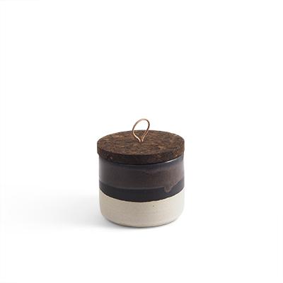 Handgjord burk i keramik i svart ombre med lock av kork och läder.