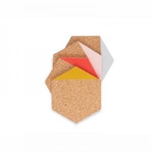 Glasunderlägg i hexagon format av ljus kork doppade i färgen senap, korall, grå och rosa.