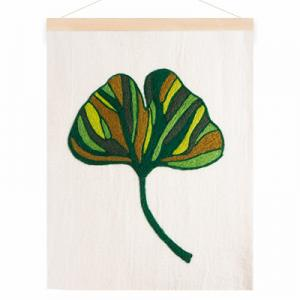 Poster in wool with a motive of a green ginkgo leaf.