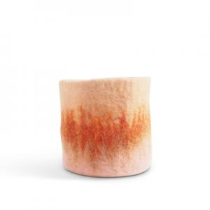 Medium sized flower pot made of wool in pink - coral - terracotta with an ombre effect.