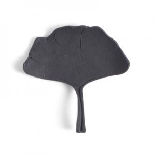 Naturtroget handgjort ginkgo blad i svart porslin.