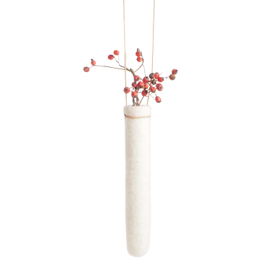 Hanging vase in 00% wool in white.
