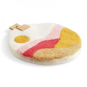Round trivet with a hanger in eco leather and a motif of a field of Skåne in pastell colors in pink, red and ochre.