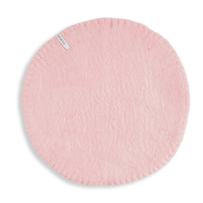 Seat cushion in wool with a stitched edge, color pink.