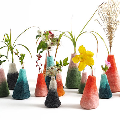Wool vases in 100% wool, in different colors and sizes.