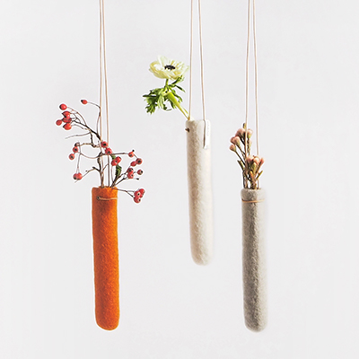 3 hanging vases in wool in grey, white and rustred.