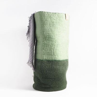 Hög tvättkorg i 2 färger, med mossgrön botten och salvia i toppen.