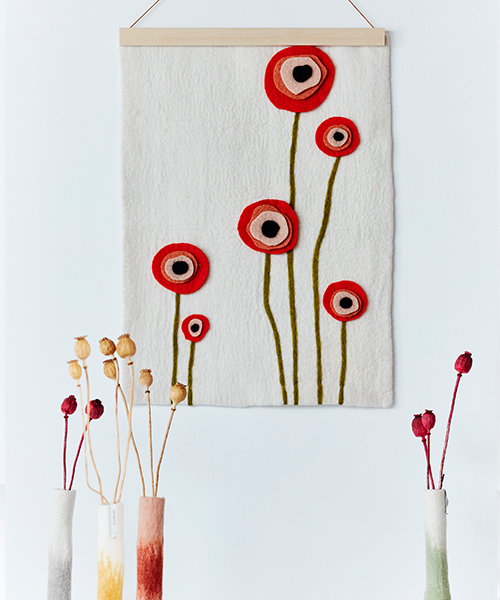 Poster in 100% wool with motifs of flowers, long tall vases in 100% wool with flowers.