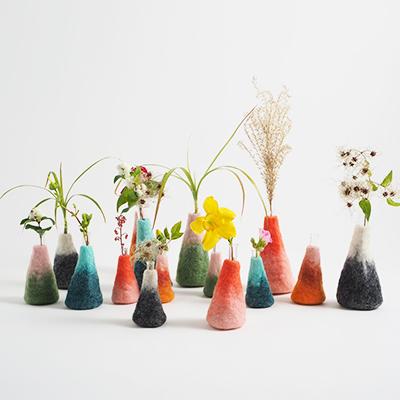 Vaser i 100% ull i olika färger och storlekar.