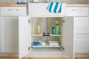 Förvaringshylla med flxibel bredd hjälper dig att organisera under diskbänken