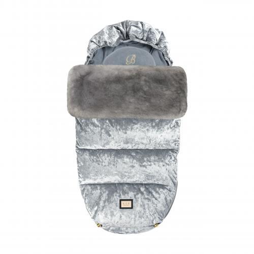Snygg åkpåse i sammet silver och grå från Bjällra of Sweden, passar för sommar vinter och höst.