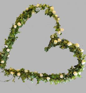 Brudbåge - klädd med grönt och blommor