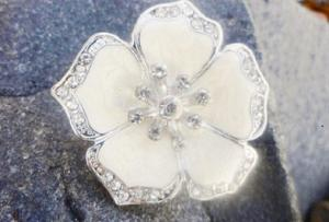 Ring justerbar vit emalj blomma med strassdetaljer