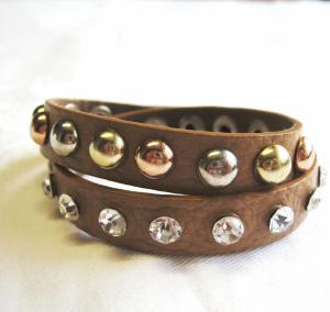 Armband i läder nitar i olika färger och strass ljusbrun