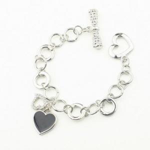 Silverfärgat armband med 3 hjärtan ett svart ett med strass och ett silverfärgat