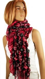 Röd sjal med svart och vitt i