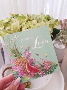 Ja må du leva (ananas, melon och blommor) - kort från Pictura