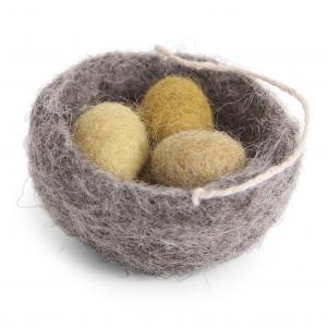 Fågelbo med ägg i gula toner; tovad ull