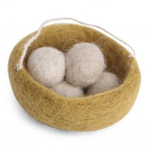 Ockragult fågelbo med ägg i beige toner; tovad ull