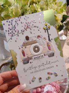 Nygifta (brudpar i bil), kort från Pictura