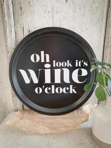 Bricka: Oh look it´s wine o´clock - Mellow Design (rund, svart med vit text)