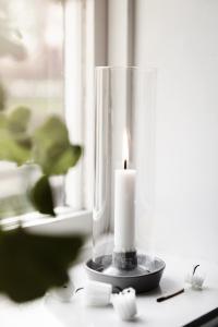 ERNST Ljusstake/ljuslykta med glas, ljusgrå stengods